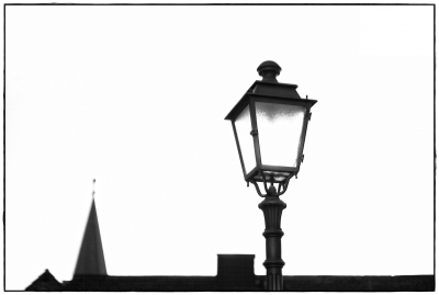 Lampe und Kirche