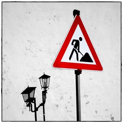 Schild und Laterne